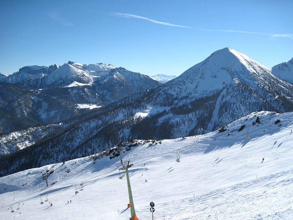 Skigebiet Achenkirch mit Blick auf das Rofangebirge (links) und Seekarspitze (2053 m - rechts)