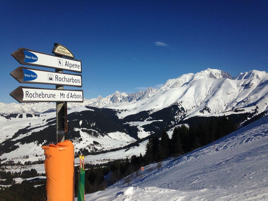 Hier geht's lang! Gut ausgeschilderte Skischaukel am Rochebrune Gebiet