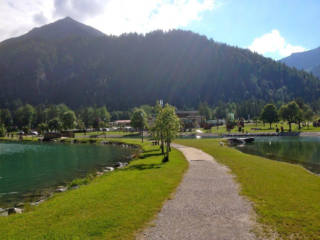 Campingplatz (hinten) Badestrand (rechts)